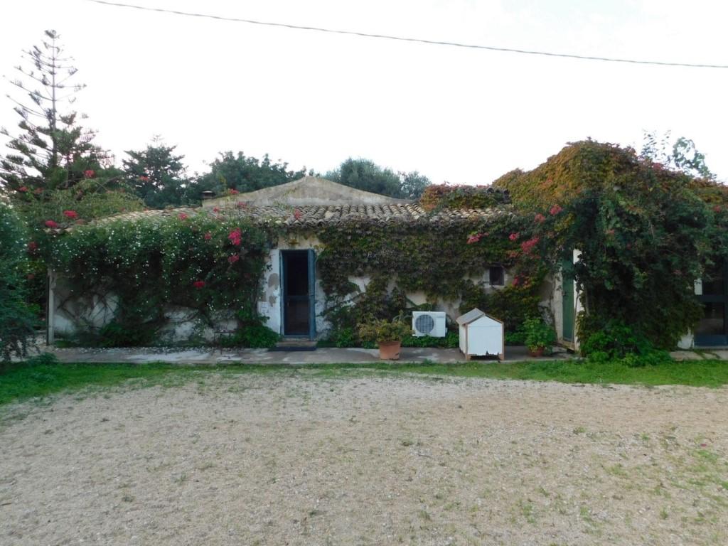 Vendesi villa singola, dependance e villetta a Punta Secca